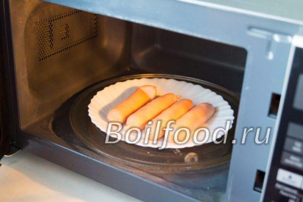 Ставим тарелку с сосисками в микроволновку