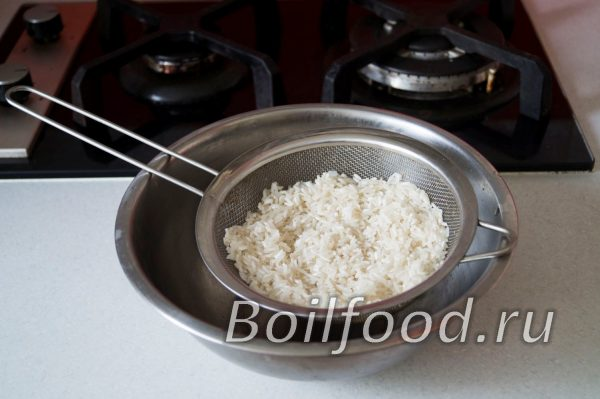 откинуть рис на друшлаг