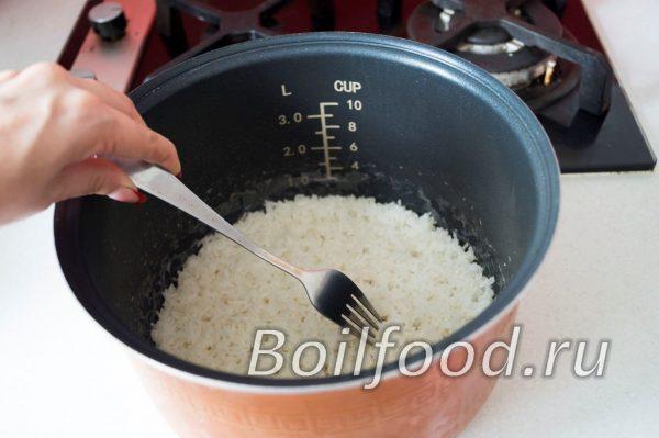 перемешать рис вилкой