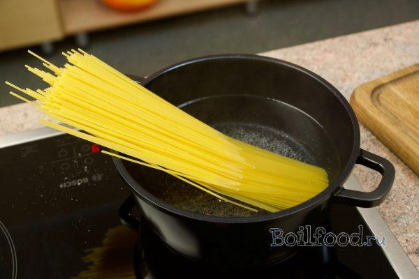 опускаем спагетти в воду