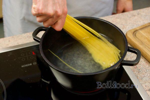 укладываем спагетти в кастрюлю