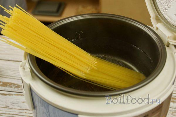 укладываем спагетти в мультиварку
