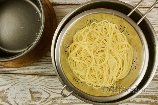 откидываем спагетти на друшлаг