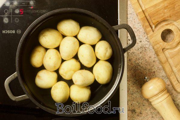 варим молодой картофель в кастрюле