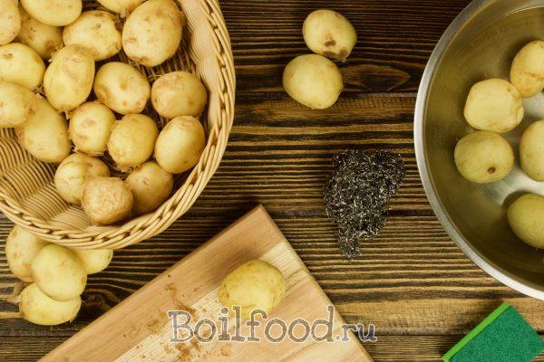очищаем картошку