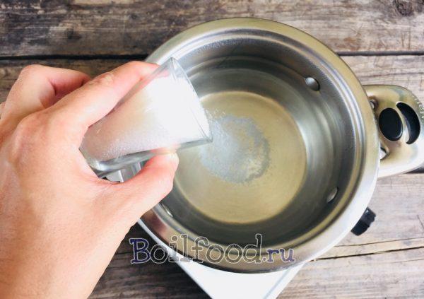 добавляем сахар в воду