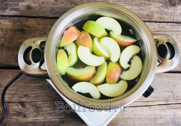 опускаем яблоки в кипяток